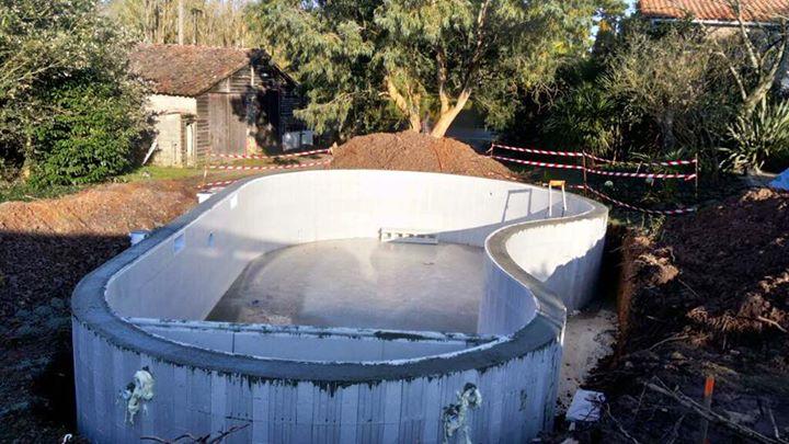 en cours construction dune piscine bton forme libre de 500 x 1000 sur moutiers les mauxfaits amnagement extrieur terrasse bois venir
