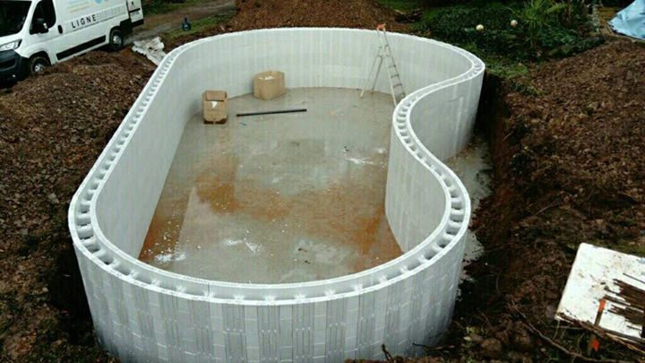 En cours Construction d'une Piscine béton forme libre de 5,00 x 10,00 sur Moutie…