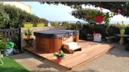 """Une jolie terrasse en bois """"CUMARU"""" avec l'encastrement d'un SPA SAPPHIRE, une r…"""